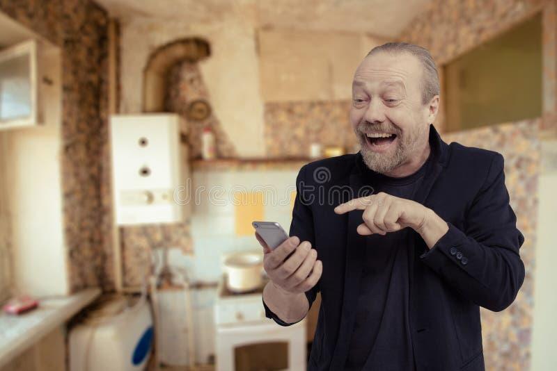 Un hombre alegre, barbudo, blanco está hablando en el teléfono imagen de archivo libre de regalías