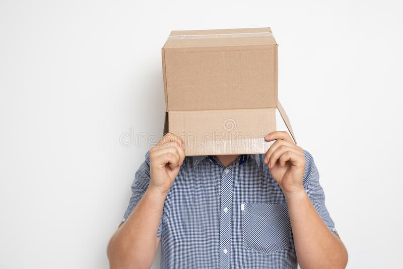Un hombre anónimo con una caja en su cabeza que encubre su identidad I foto de archivo