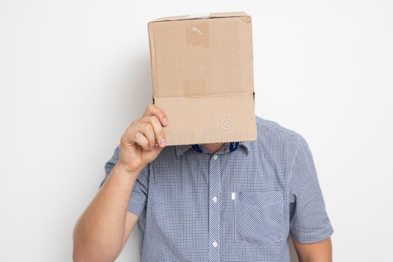 Un hombre anónimo con una caja en su cabeza que encubre su identidad I imagen de archivo