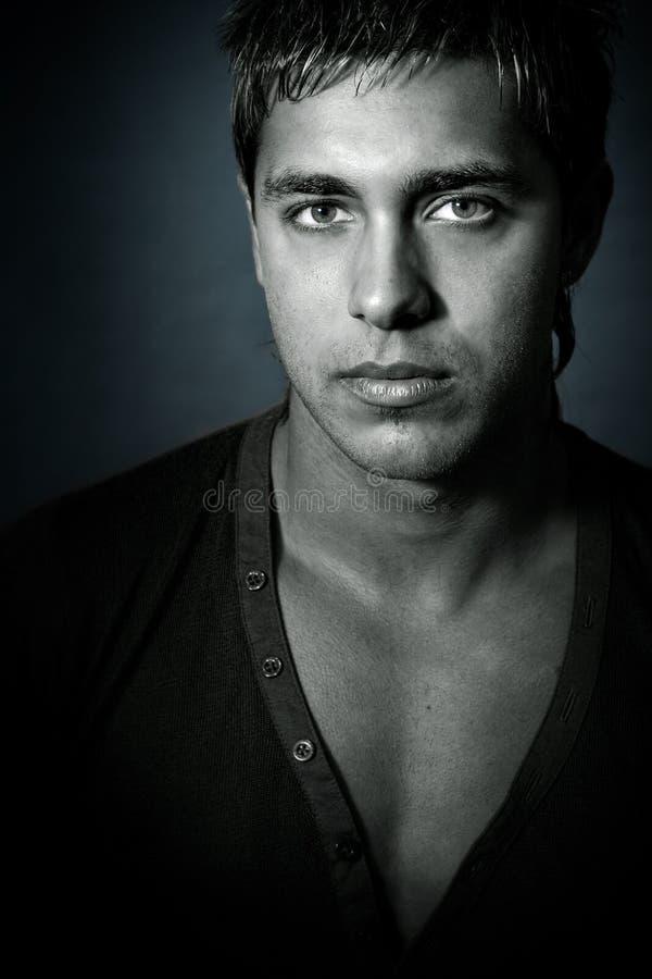 Un hombre atractivo sensual con los ojos agradables fotos de archivo