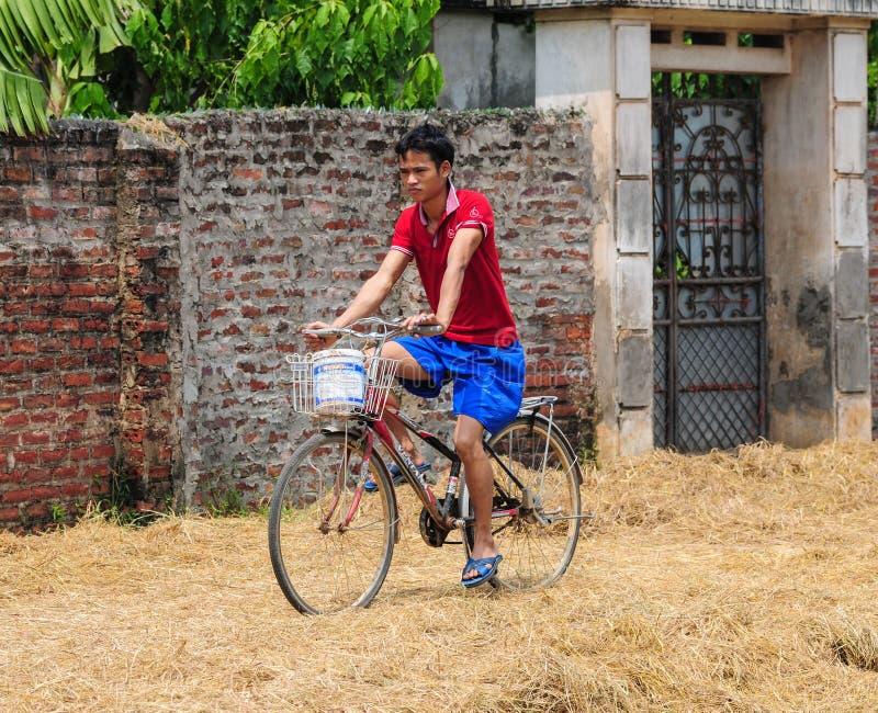 Un hombre biking en el camino rural en Phu Tho, Vietnam imagen de archivo libre de regalías