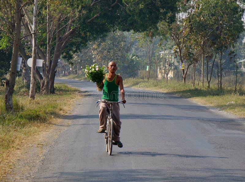 Un hombre biking en el camino rural en Shan, Myanmar fotografía de archivo
