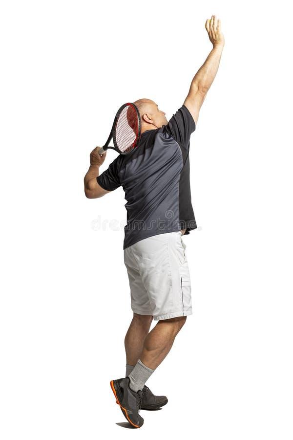 Un hombre calvo de mediana edad juega a tenis zurdo Aislado en un fondo blanco foto de archivo