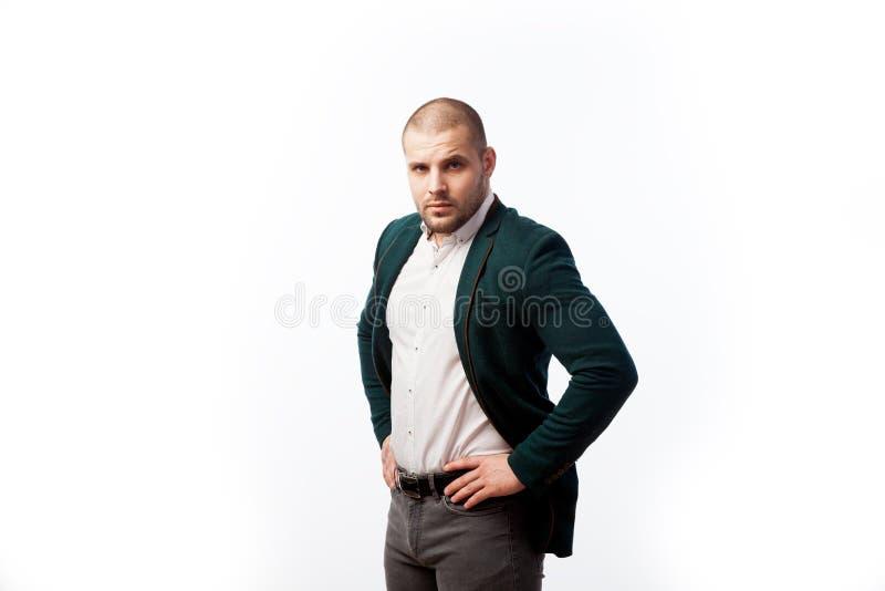 Un hombre calvo joven en traje imágenes de archivo libres de regalías