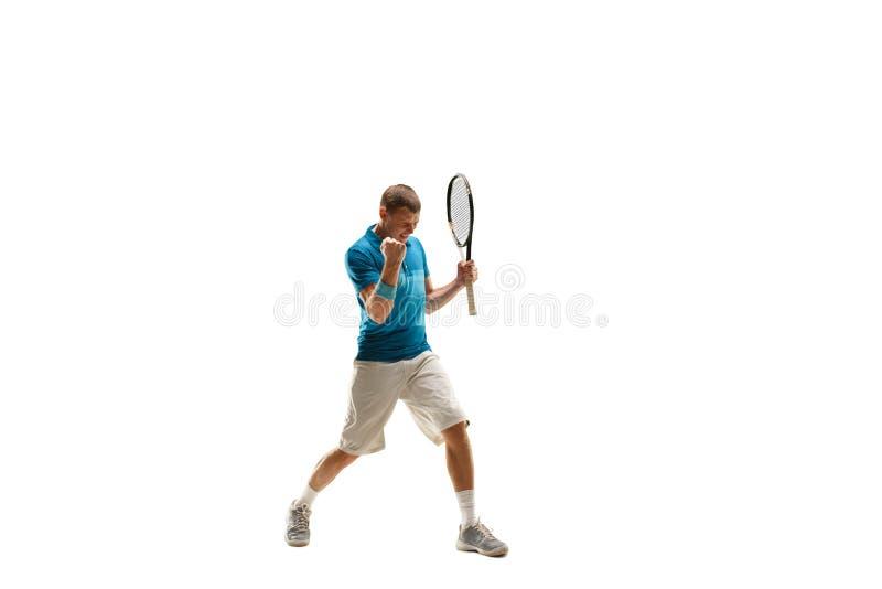 Un hombre caucásico que juega al jugador de tenis aislado en el fondo blanco fotografía de archivo