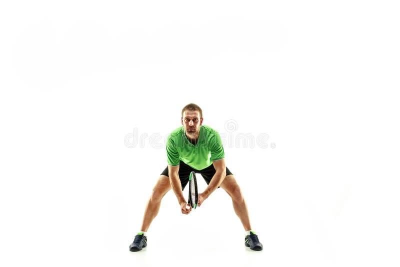 Un hombre caucásico que juega al jugador de tenis aislado en el fondo blanco fotos de archivo
