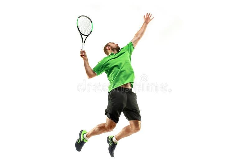 Un hombre caucásico que juega al jugador de tenis aislado en el fondo blanco imágenes de archivo libres de regalías