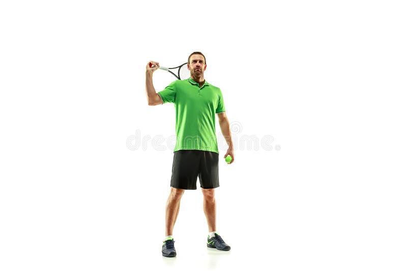 Un hombre caucásico que juega al jugador de tenis aislado en el fondo blanco imagenes de archivo