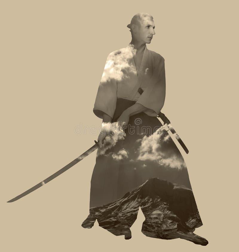 Un hombre con katana foto de archivo