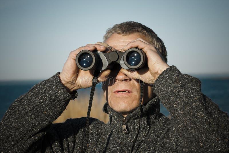 Un hombre con los prismáticos fotos de archivo libres de regalías