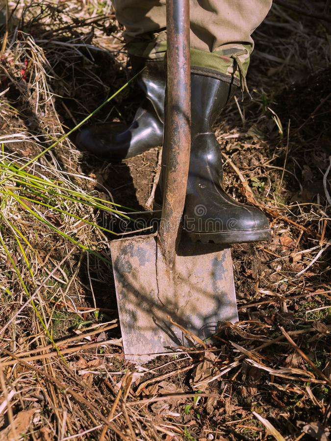 Un hombre con un shoveln imagen de archivo