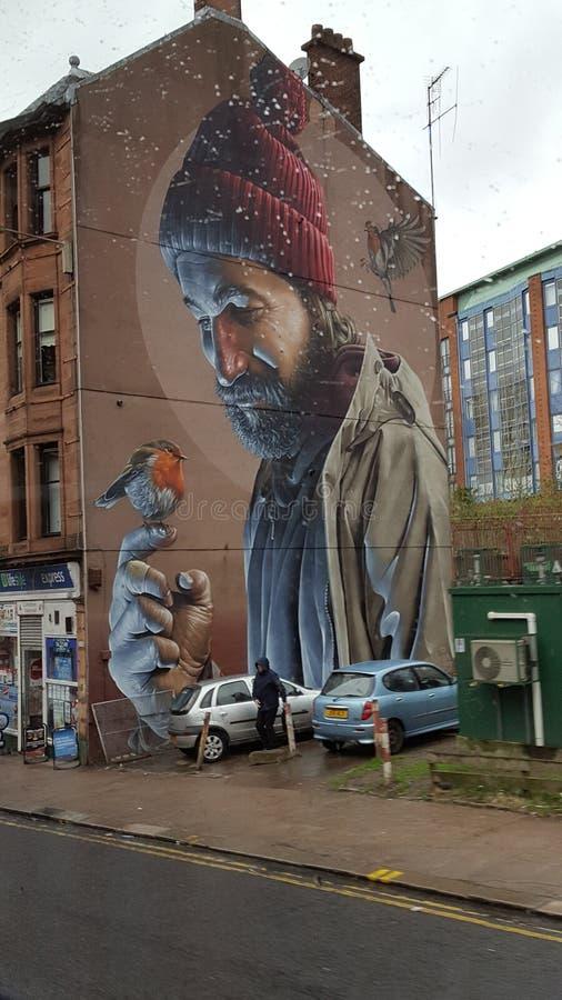 Un hombre con su amigo, pintada de la ciudad fotografía de archivo libre de regalías