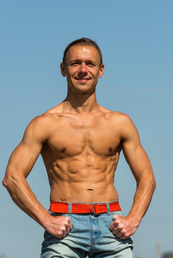 Un hombre con un cuerpo muscular hermoso fotos de archivo