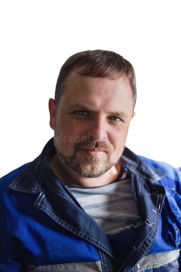 Un hombre con una barba de una especialidad de trabajo en guardapolvos mira en la c?mara Retrato aislado en el fondo blanco imágenes de archivo libres de regalías