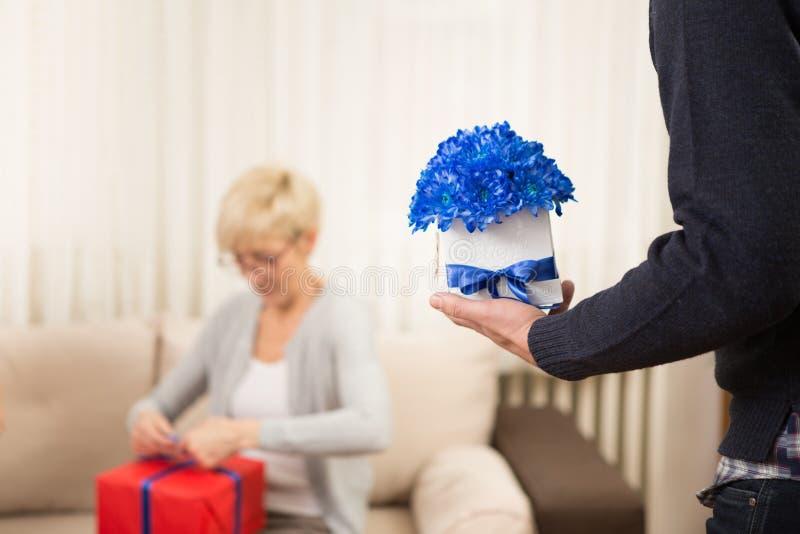 Un hombre con una flor fotografía de archivo libre de regalías