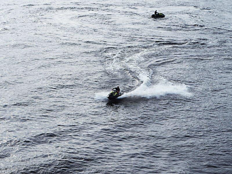 Un hombre corre un aquabike imagen de archivo
