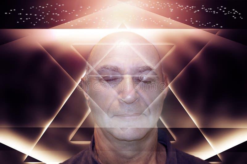 Un hombre de envejecimiento con sus ojos cerrados en un fondo geométrico abstracto con las líneas que brillan intensamente