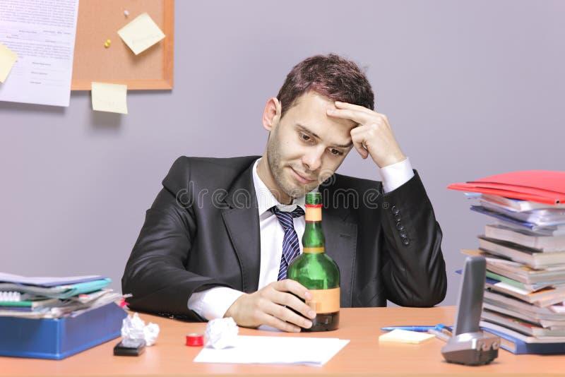 Un hombre de negocios borracho fotografía de archivo