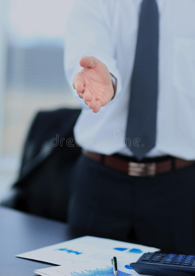 Un hombre de negocios con una mano abierta lista para sellar un trato imagenes de archivo