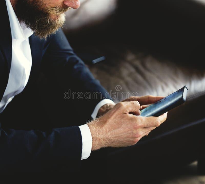 Un hombre de negocios que hojea en su smartphone fotos de archivo libres de regalías