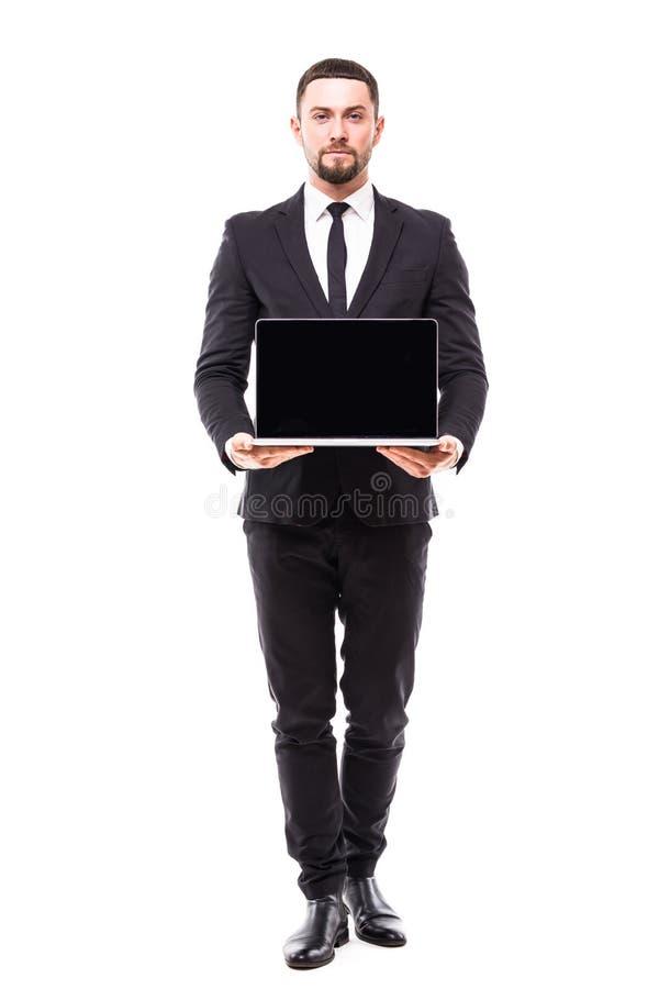 Un hombre de negocios que presenta en un ordenador portátil en el fondo blanco fotos de archivo