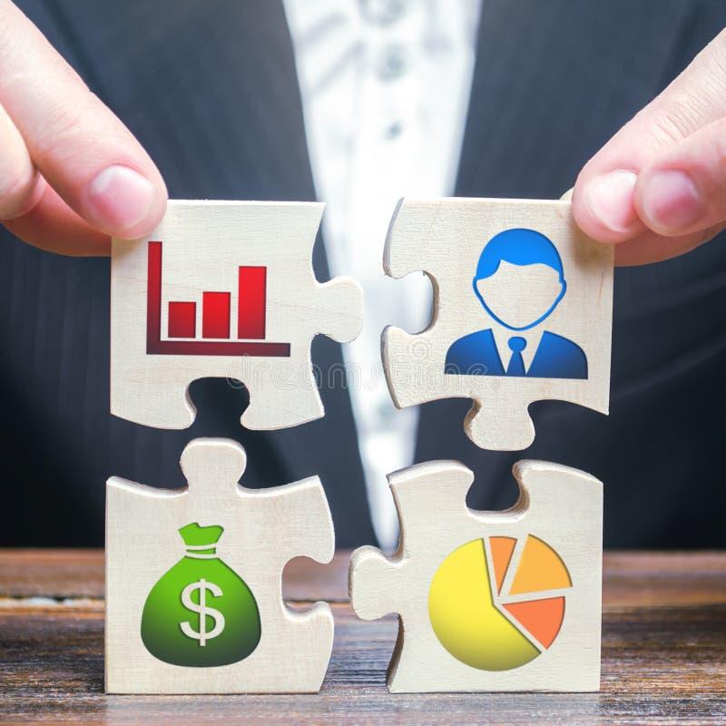 Un hombre de negocios recoge los rompecabezas que simbolizan elementos y cualidades individuales de hacer negocio Gesti?n de proy imagen de archivo libre de regalías
