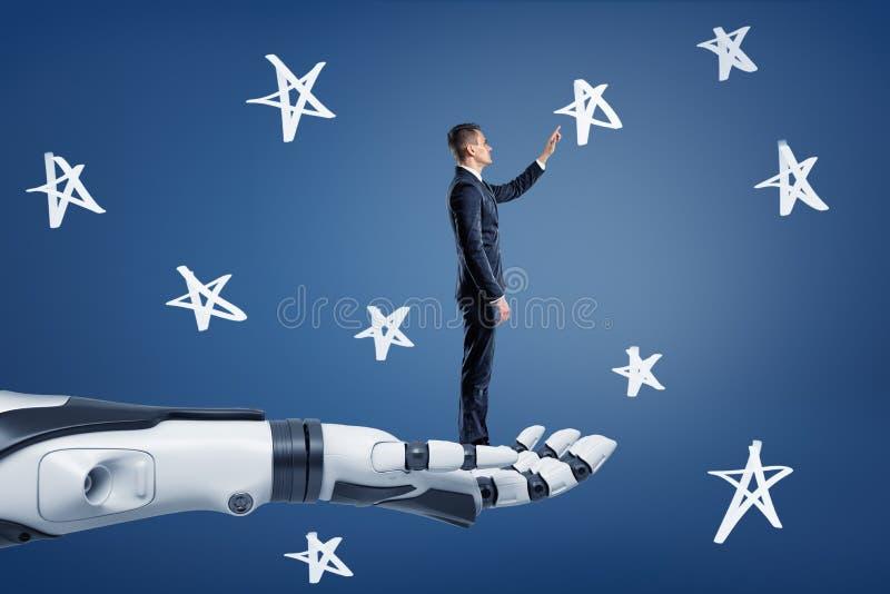 Un hombre de negocios se coloca en un brazo robótico gigante y alcances a las estrellas tiza-dibujadas stock de ilustración