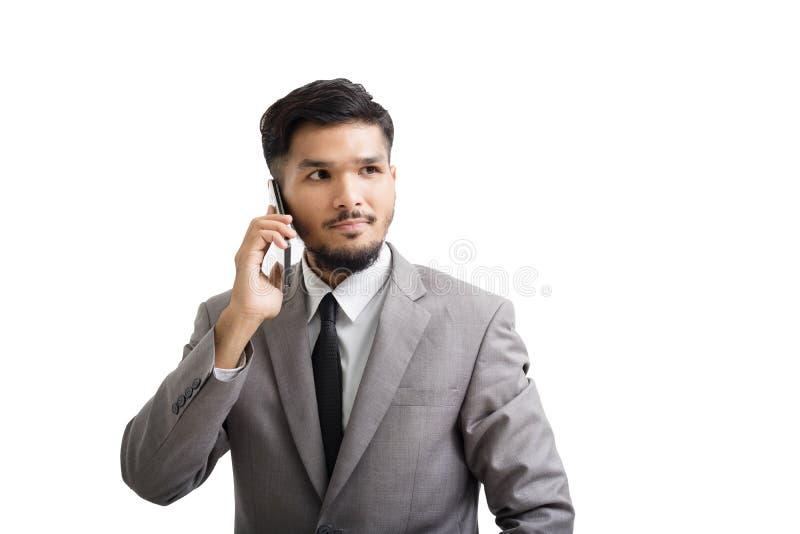 Un hombre de negocios de Yong está utilizando smartphone imagen de archivo