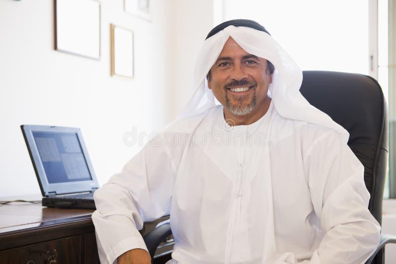 Un hombre de Oriente Medio delante de un ordenador imagenes de archivo