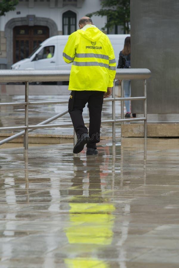 Un hombre de una compañía de seguridad en una calle foto de archivo libre de regalías