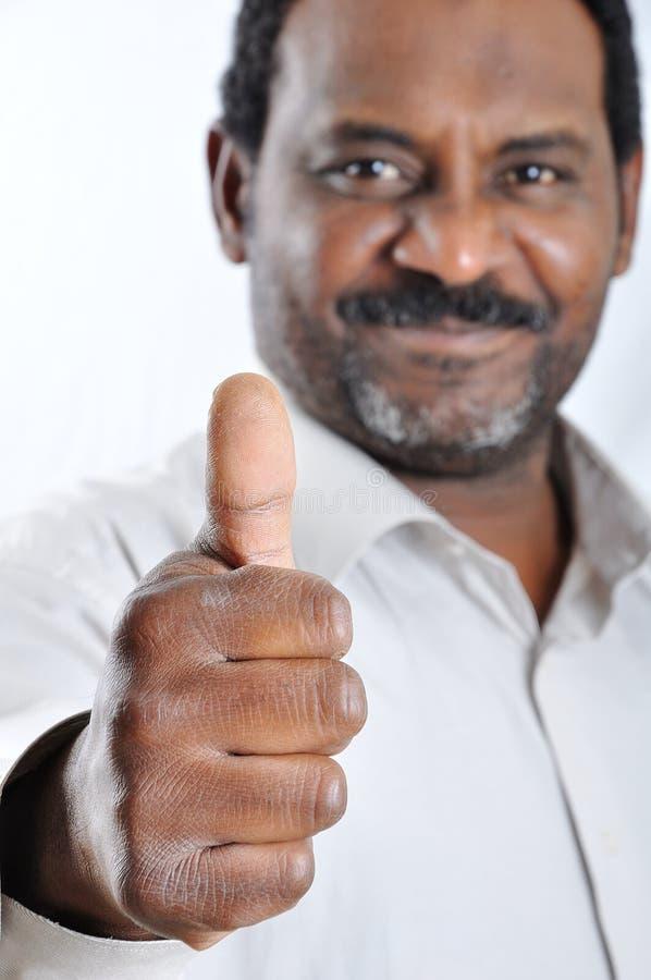 Un hombre del afroamericano aislado con el pulgar para arriba imagen de archivo libre de regalías