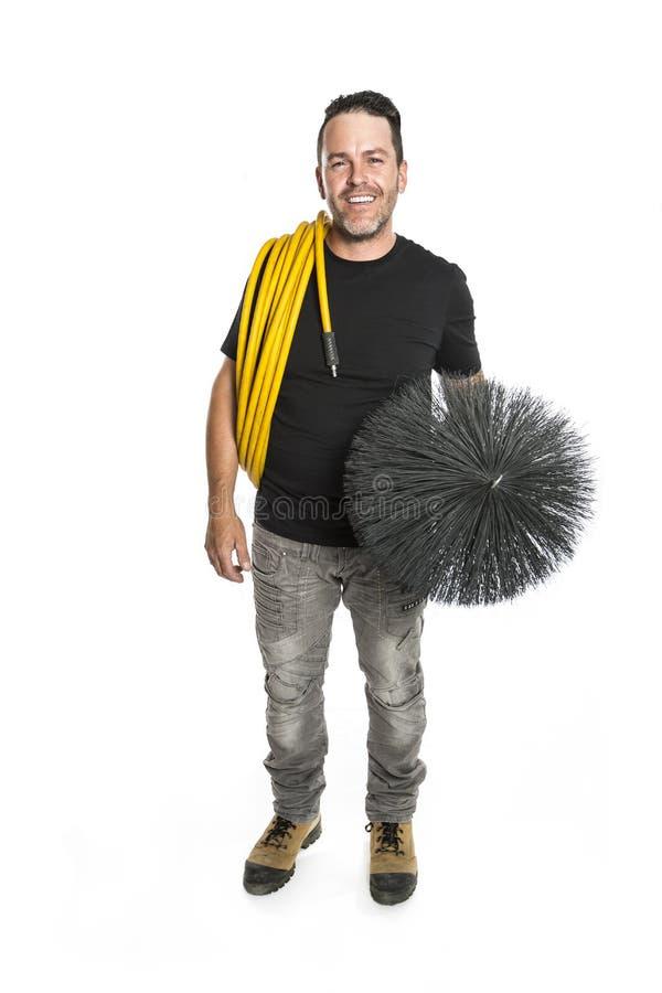 Un hombre del limpiador de la ventilación en el trabajo con la herramienta sobre el fondo blanco imagen de archivo