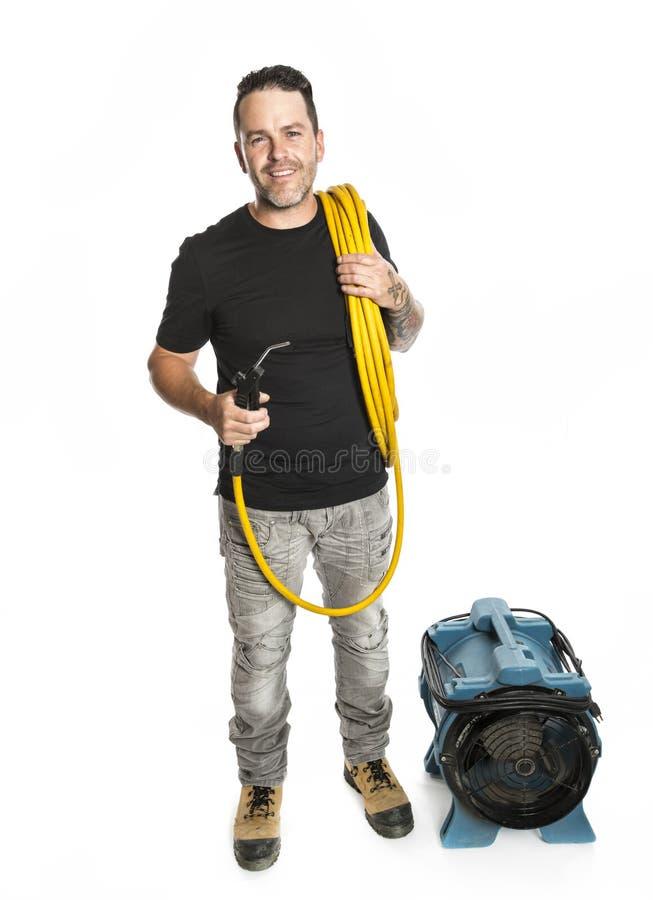 Un hombre del limpiador de la ventilación en el trabajo con la herramienta sobre el fondo blanco imágenes de archivo libres de regalías