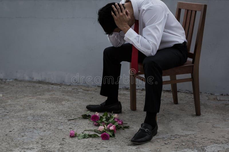Un hombre desalentado en un traje, quebrado-hearted despu?s de ser rechazado fotografía de archivo