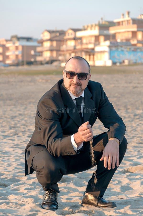 Un hombre elegante joven está en la playa Ardea Italia imágenes de archivo libres de regalías