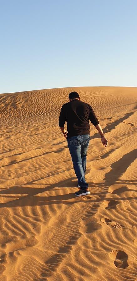 Un hombre en desierto imágenes de archivo libres de regalías