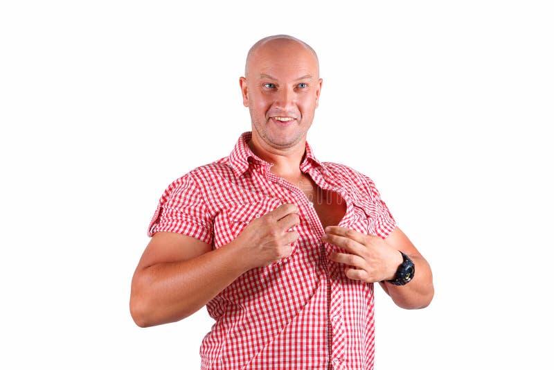 Un hombre en un fondo blanco sujeta su camisa imágenes de archivo libres de regalías