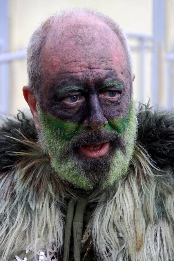 Un hombre en Gato en el festival verde fotografía de archivo