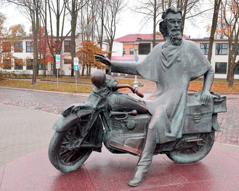 Un hombre en motocicleta Monumento foto de archivo