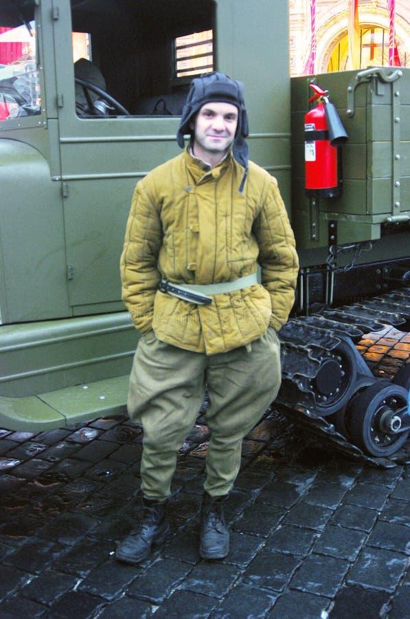 Un hombre en ropa de los militares del vintage imagen de archivo