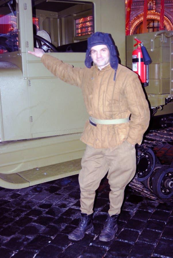 Un hombre en ropa de los militares del vintage foto de archivo