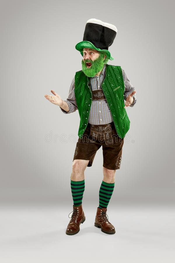 Un hombre en un sombrero del duende en el estudio Él celebra el día de St Patrick fotos de archivo