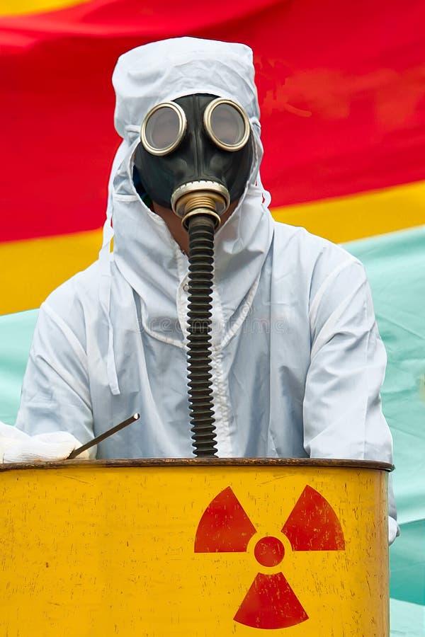 Un hombre en traje del bio-peligro y careta antigás ilustración del vector