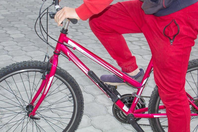 Un hombre en una bicicleta en el aire abierto, paseos a lo largo del camino Acontecimientos deportivos, el montar de los deportes foto de archivo