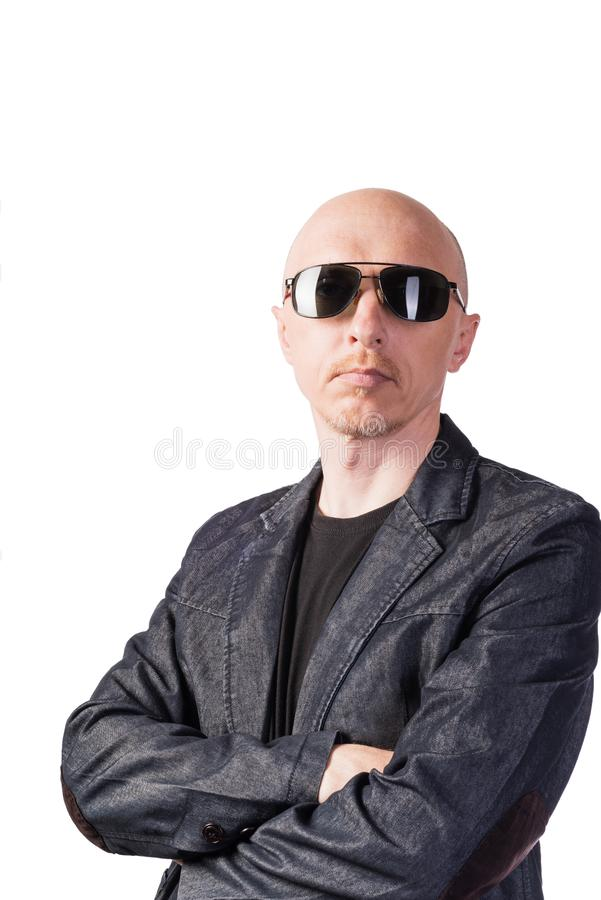 Un hombre en una chaqueta del dril de algod?n con los vidrios oscuros imagenes de archivo