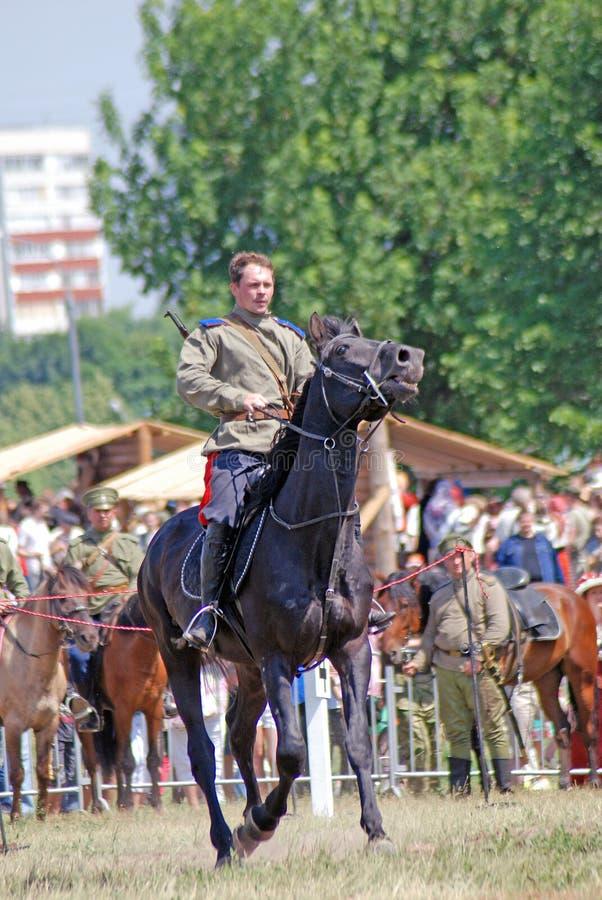 Un hombre en uniforme militar del vintage monta un caballo fotografía de archivo