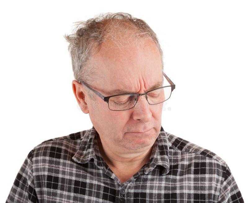 Un hombre está en pensamientos profundos foto de archivo