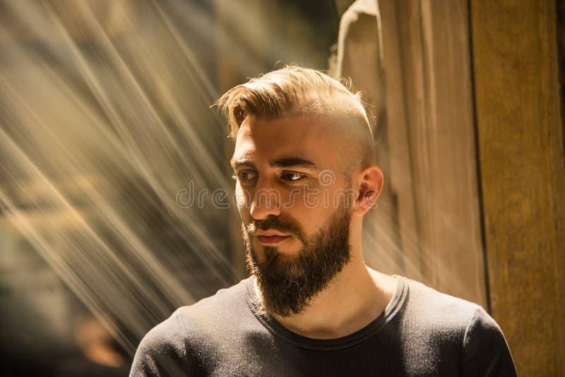 Un hombre está teniendo un momento de iluminación con Dios fotos de archivo libres de regalías
