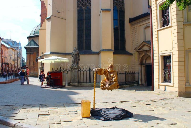 Download Un Hombre Gana Su Vida Colgando En El Aire En Lviv Imagen editorial - Imagen de living, cityscape: 100535420