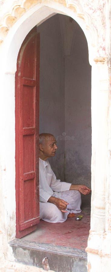 Un hombre hindú que ruega imagen de archivo libre de regalías